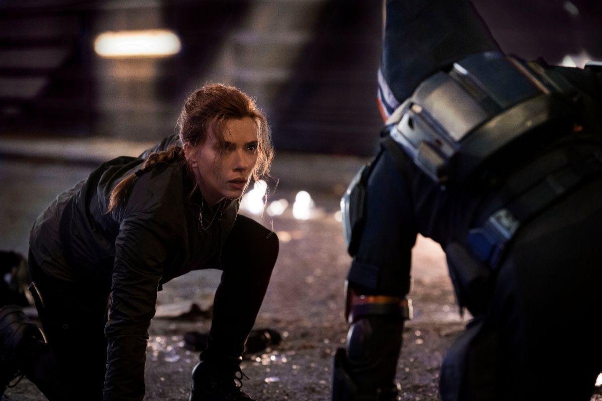 Natasha (Scarlett Johansson) frente a Taskmaster.