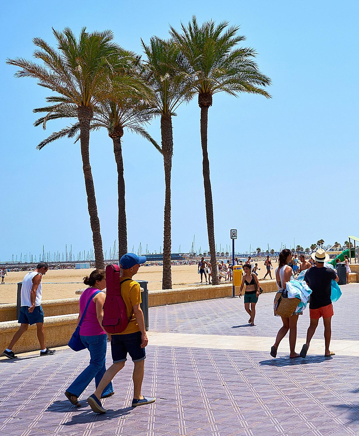 Vecinos de Valencia en el paseo marítimo de la playa de la Malvarrosa.