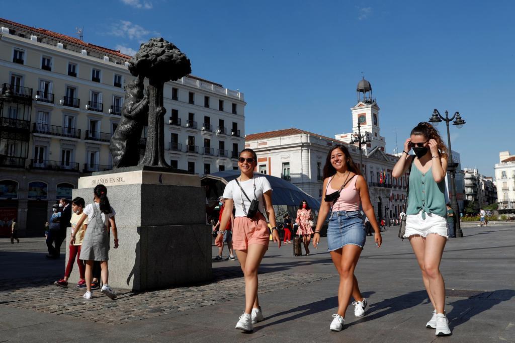 Tres jóvenes pasean por Madrid el primer día sin mascarilla obligatoria en exteriores