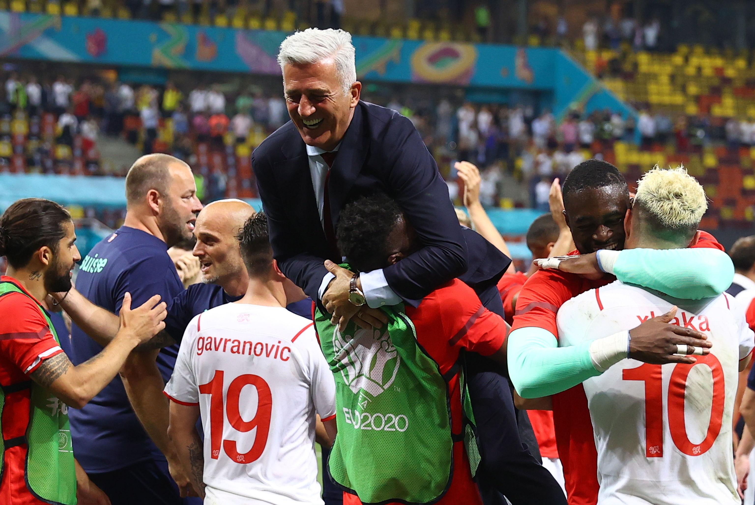 Petkovic festeja con sus jugadores el pase a cuartos.