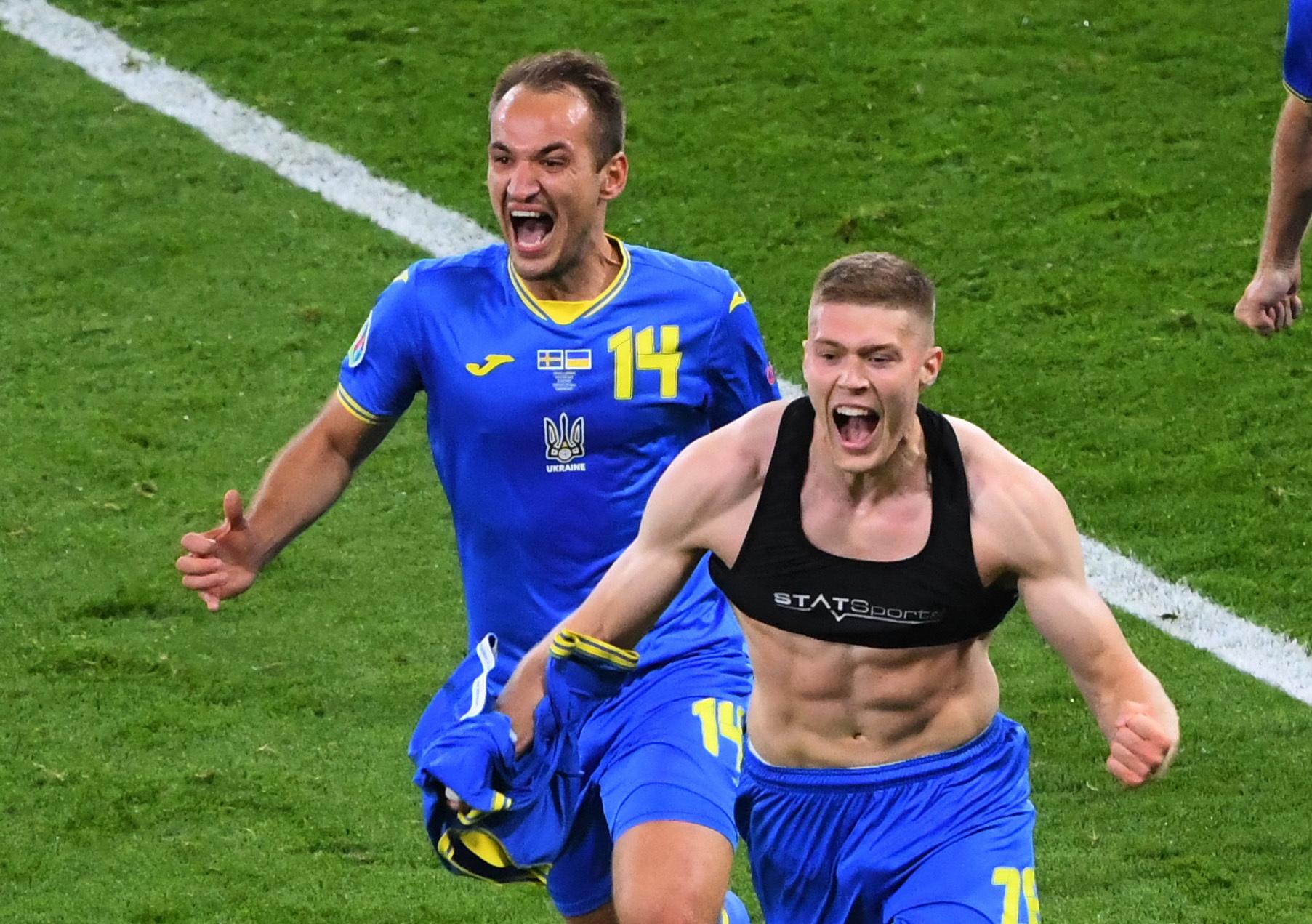 Dovbyk celebra con Makarenko el segundo gol de Ucrania.