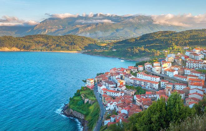 Panorámica de Lastres, en la costa asturiana.