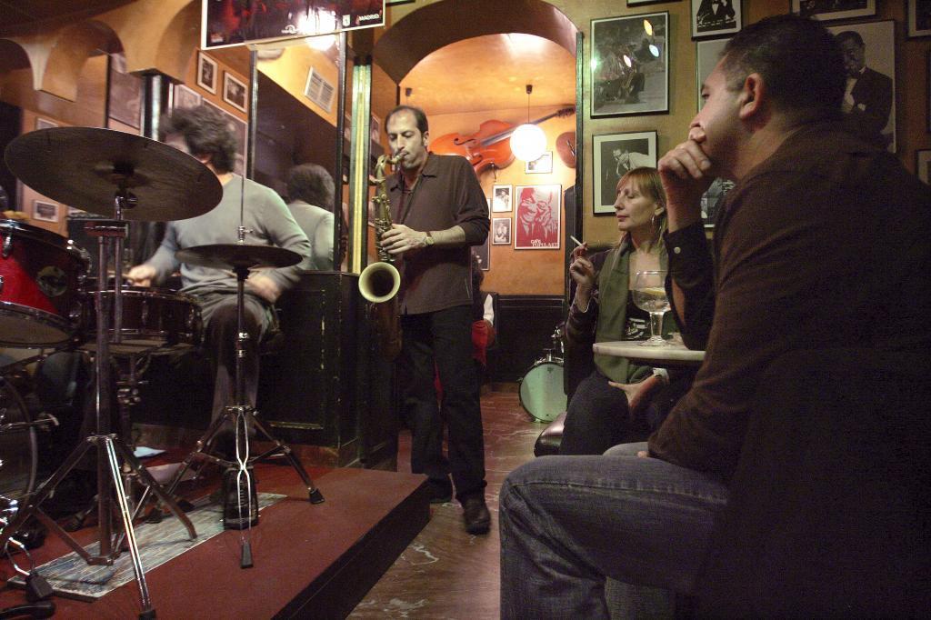 Bob Sands toca el saxofón en un local de Madrid