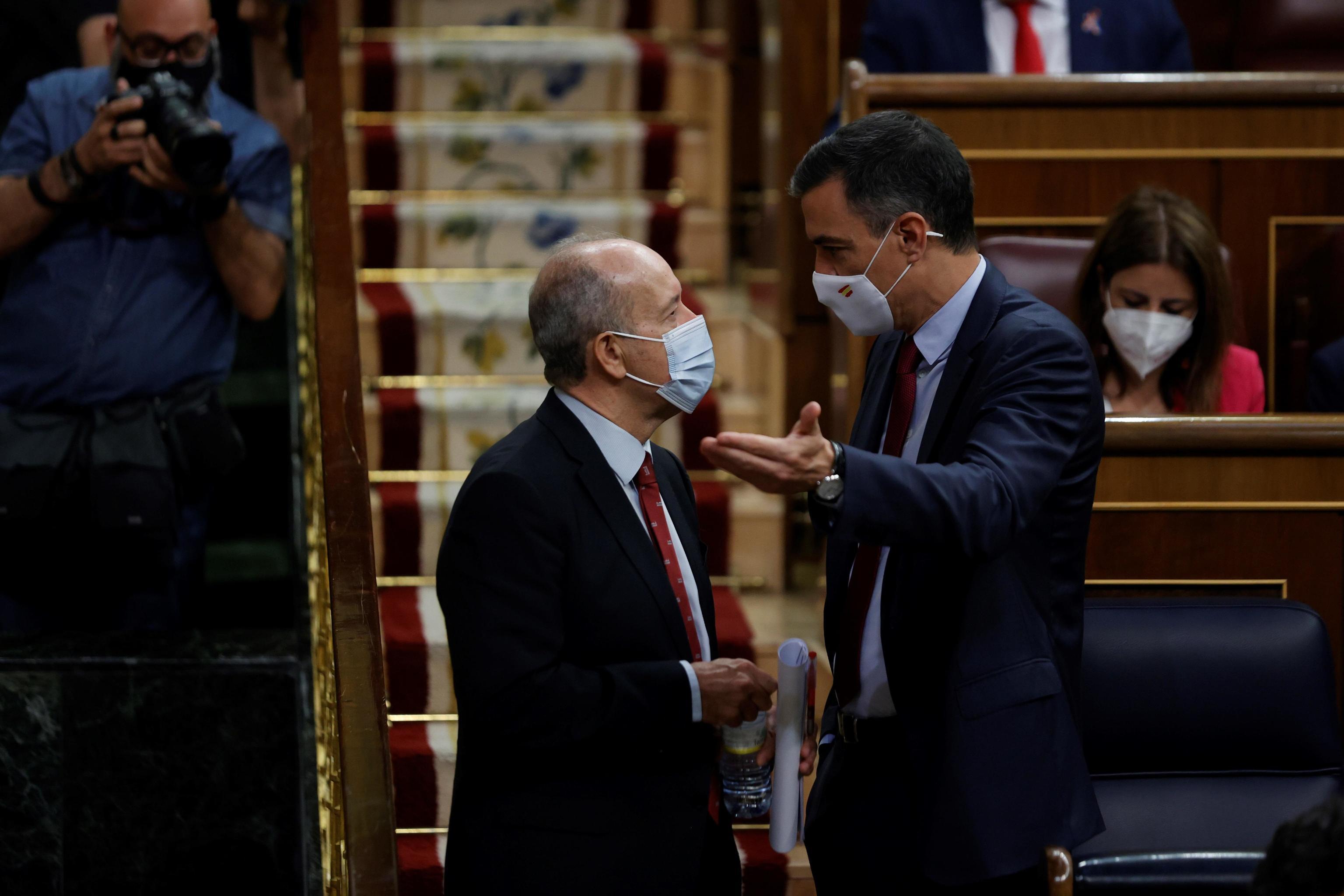 Pedro Sánchez conversa con Juan Carlos Campo, este miércoles.
