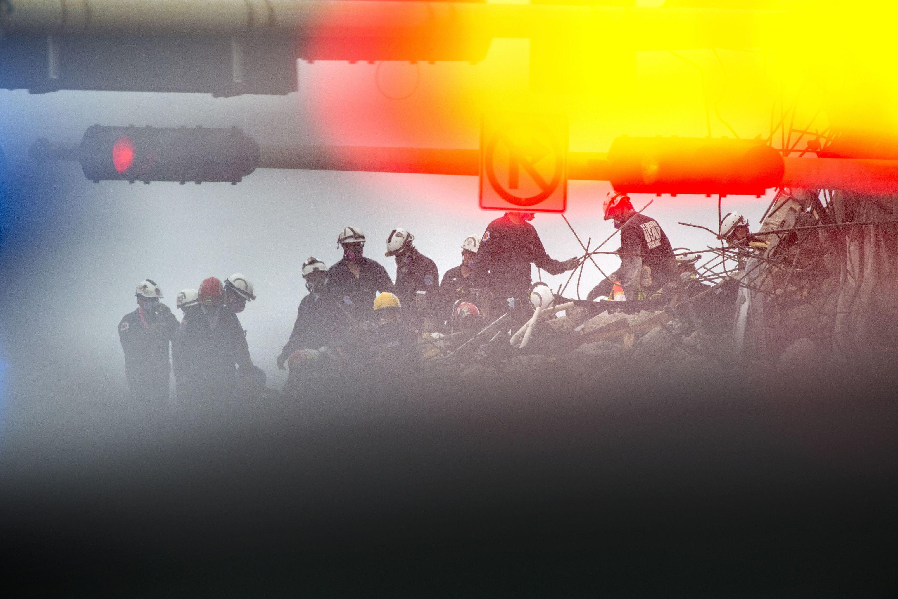 تیم نجات برای s کار می کنند