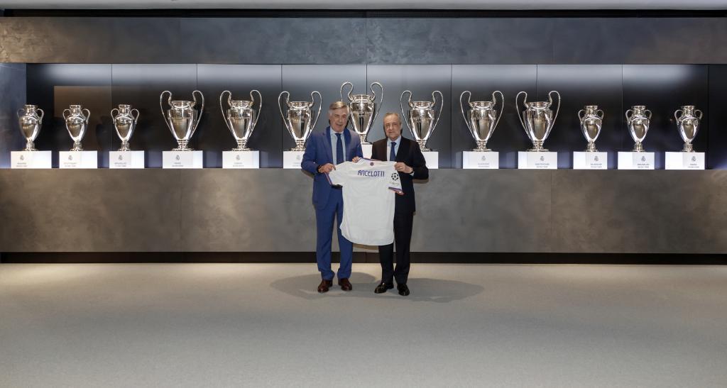 Ancelotti, con Florentino Pérez, tras su incorporación al club.