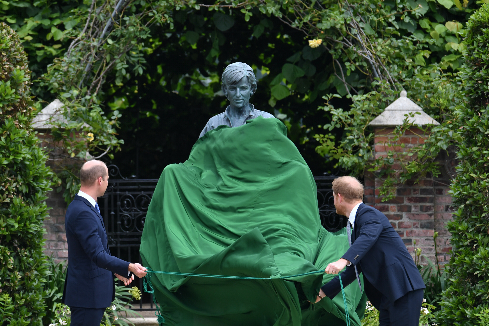 Los príncipes, cuando han descubierto la estatua de su madre.