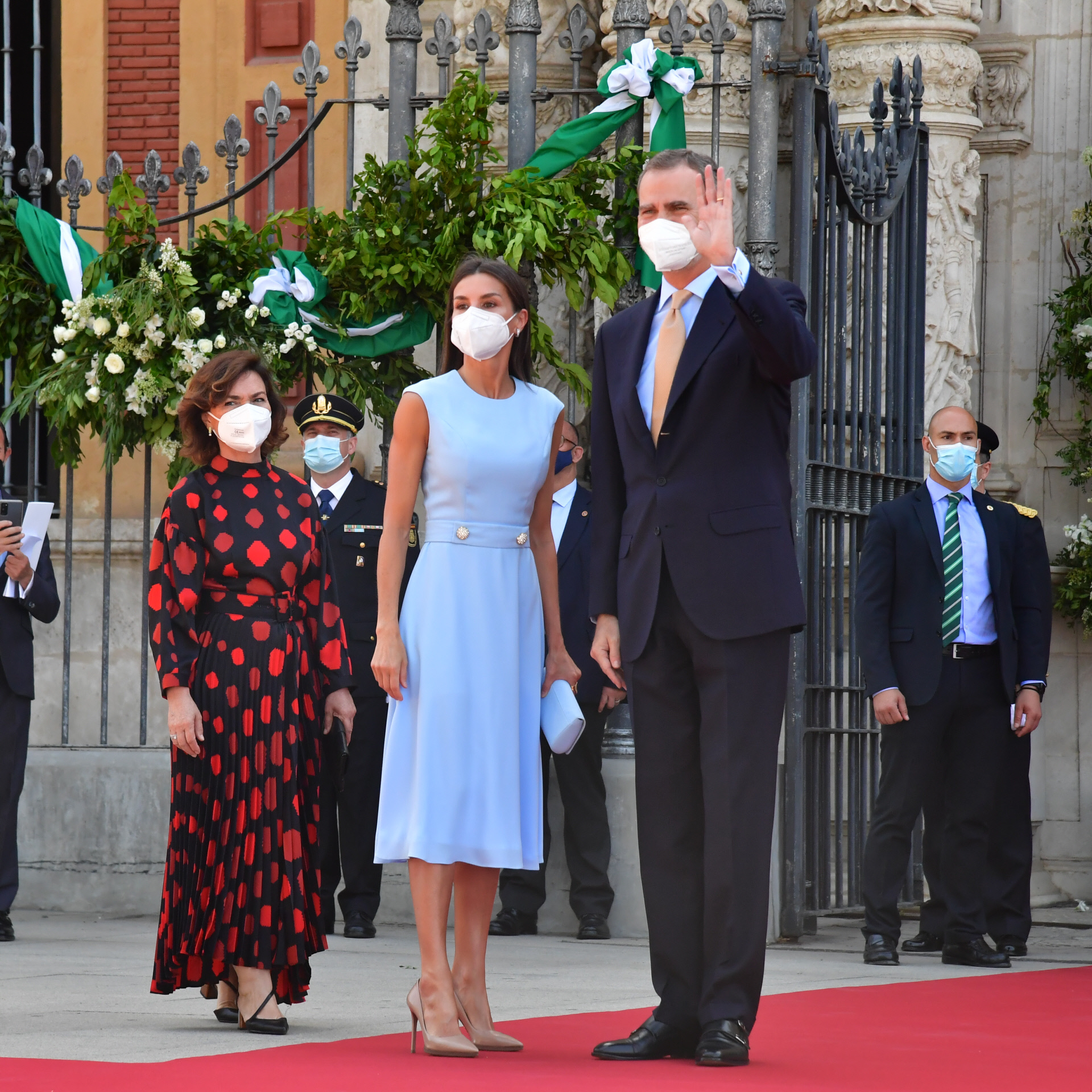 La vicepresidenta Carmen Calvo, con los Reyes en un acto en Sevilla.