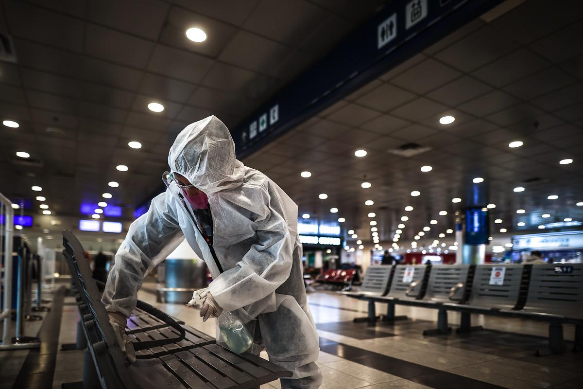 Desinfección en el Aeropuerto Internacional de Ezeiza, en Buenos Aires.