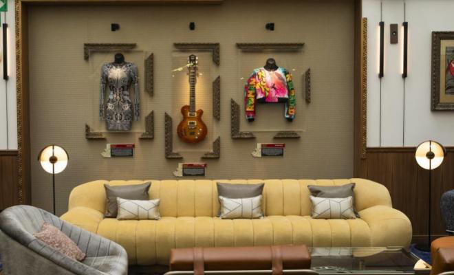 Lobby del hotel con objetos musicales de artistas.