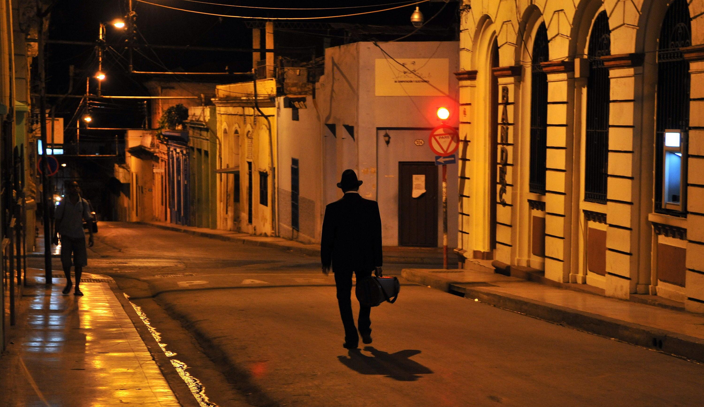 Un músico camina por las calles de Santiago de Cuba, en febrero.