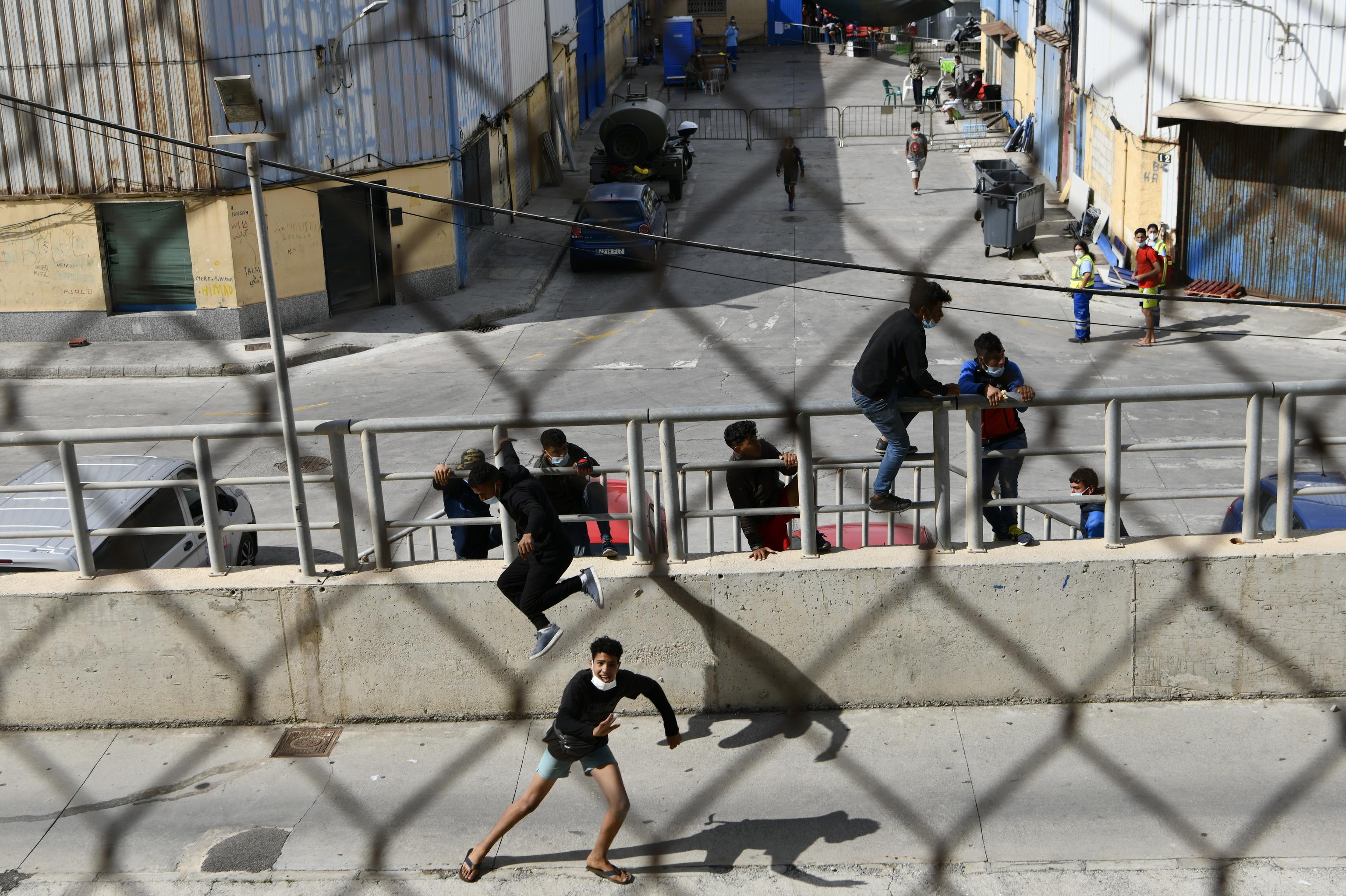 Más de 100 marroquíes vuelven a su país desde Ceuta semanalmente