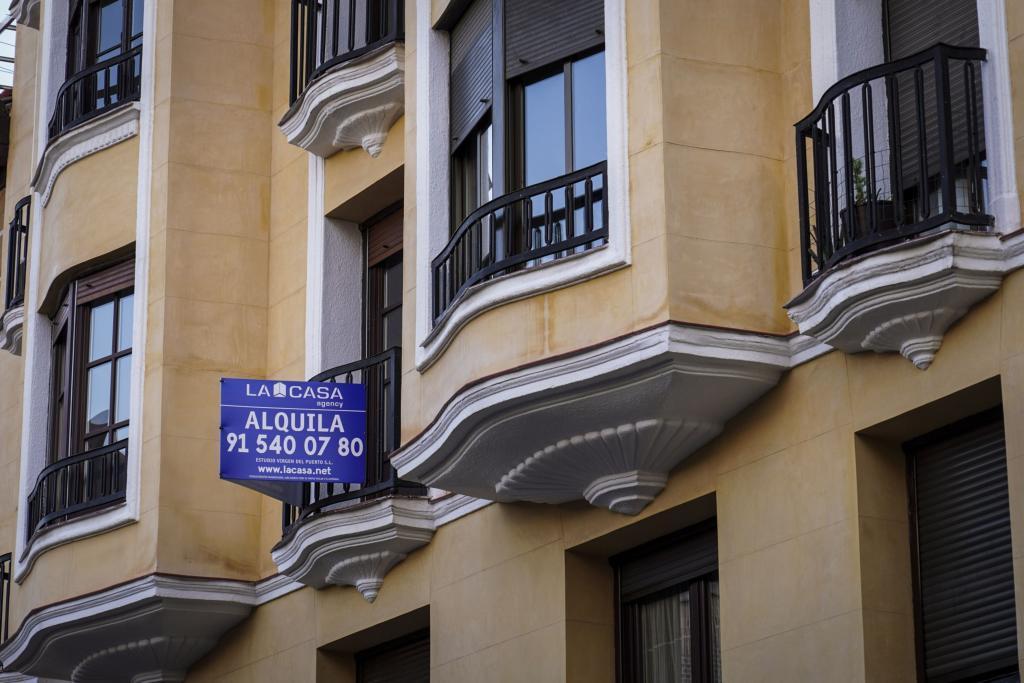 Cartel de alquiler en un edificio de Madrid.