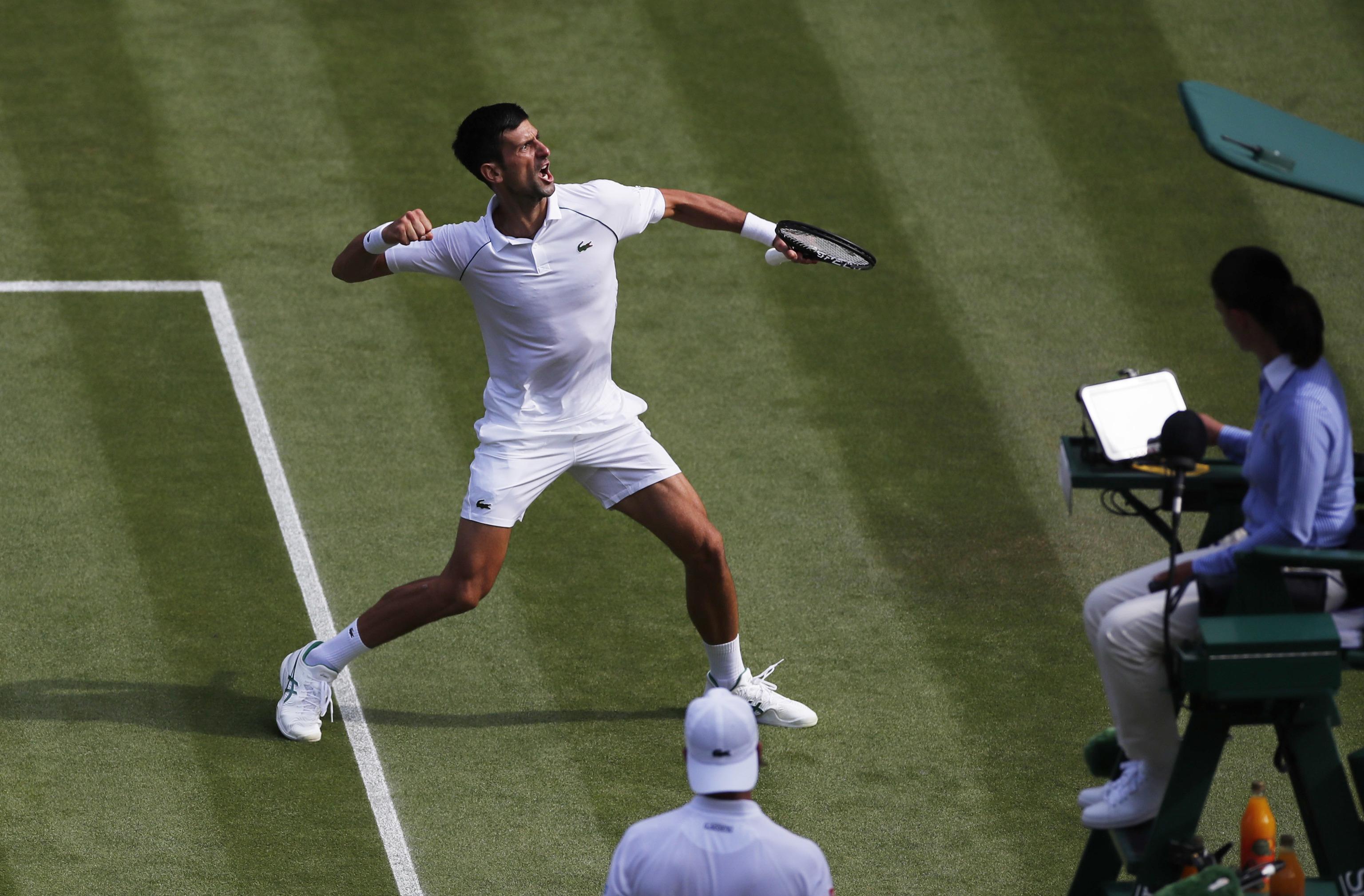 Djokovic celebra un punto ante la grada.