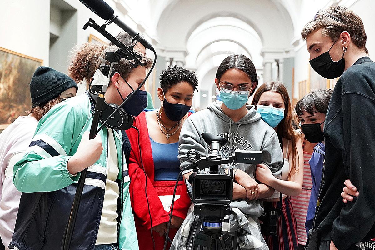 Un momento del rodaje de la película  'Miradas del 21' en el Museo del Prado.