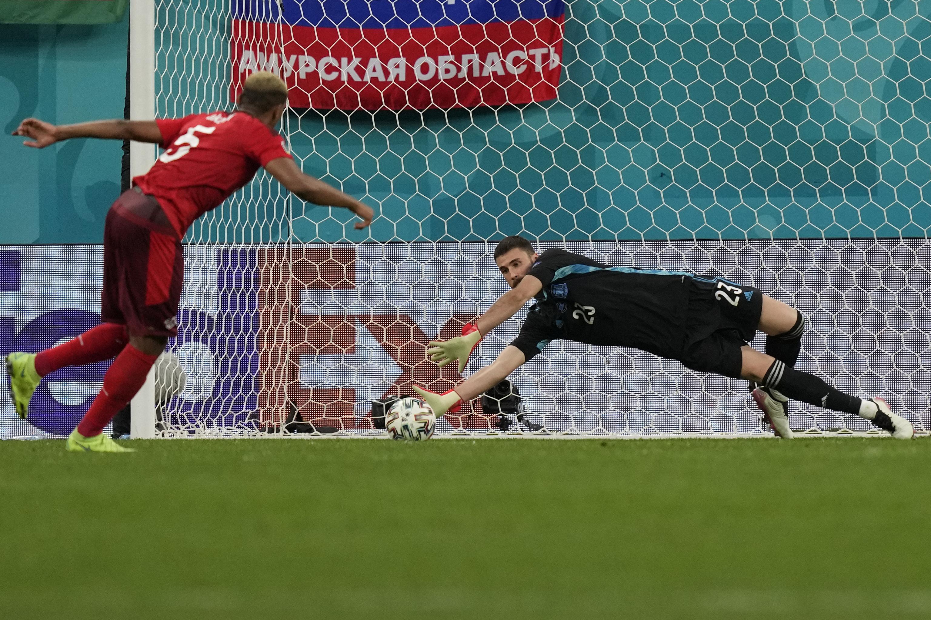 Unai Simón detiene el penalti a Manuel Akanji.