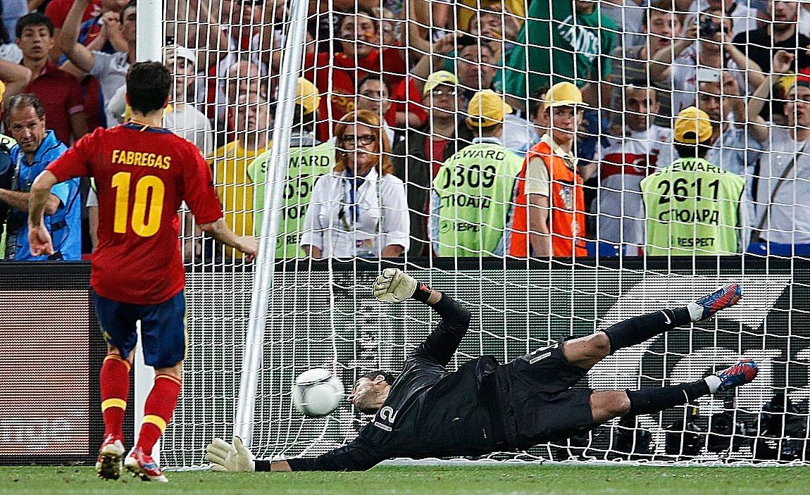 Cesc Fábregas, en el penalti defiinitivo ante Portugal de la Eurocopa 2012.