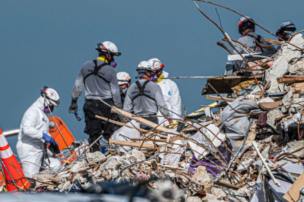 Aumentan a 22 los muertos por el derrumbe en Miami-Dade