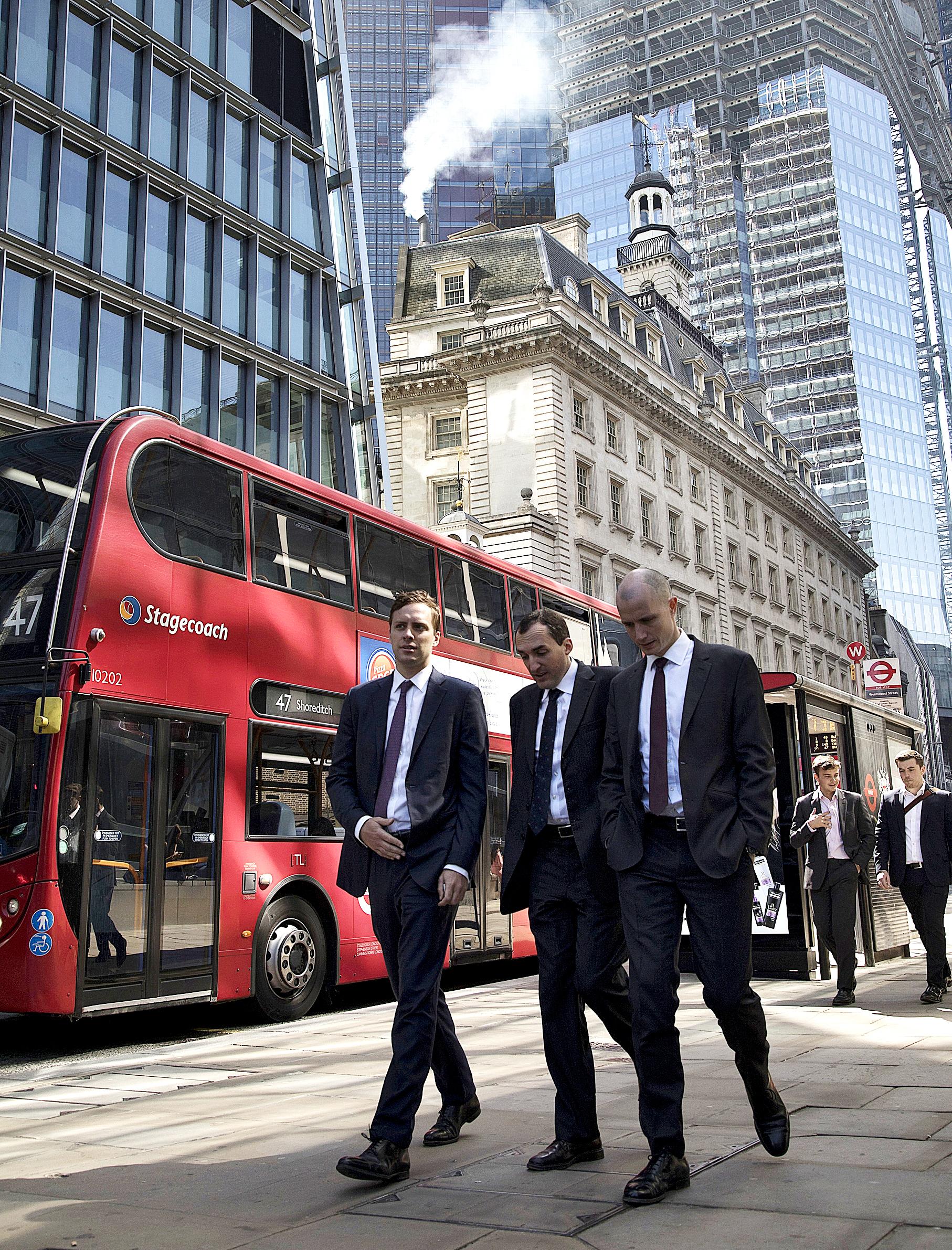 Tres británicos pasean por una calle de Londres.