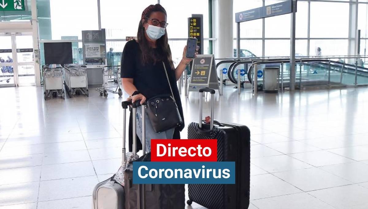 Una chica muestra el pasaporte Covid en su móvil en el aeropuerto de El Prat