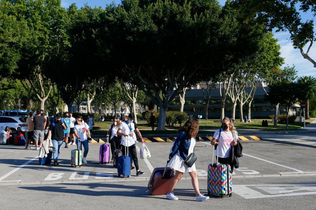 Estudiantes confinados por el coronavirus, a punto de embarcar en Palma con destino a la Península