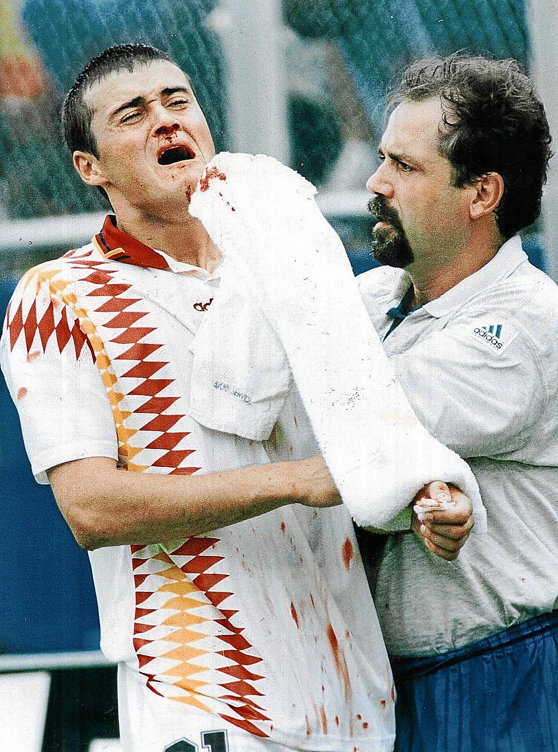 Luis Enrique es atendido por Senén Cortegoso, en Boston, en 1994.