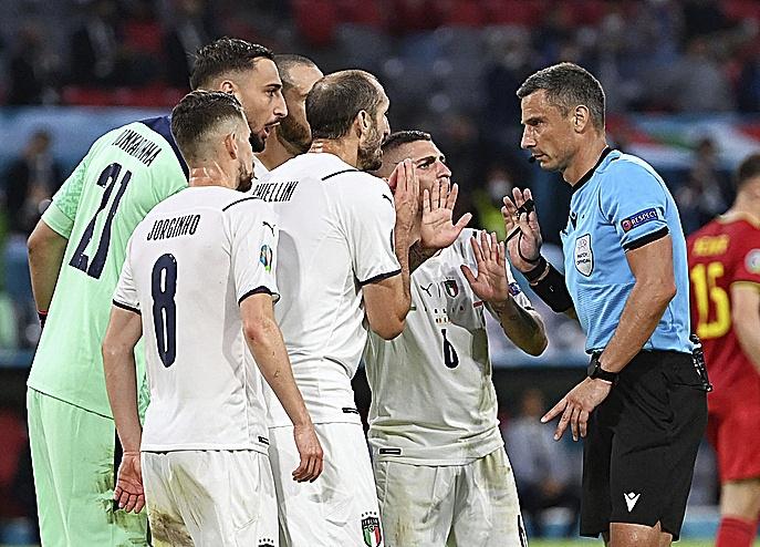 Jugadores italianos protestan al árbitro en el partido ante Bélgica.