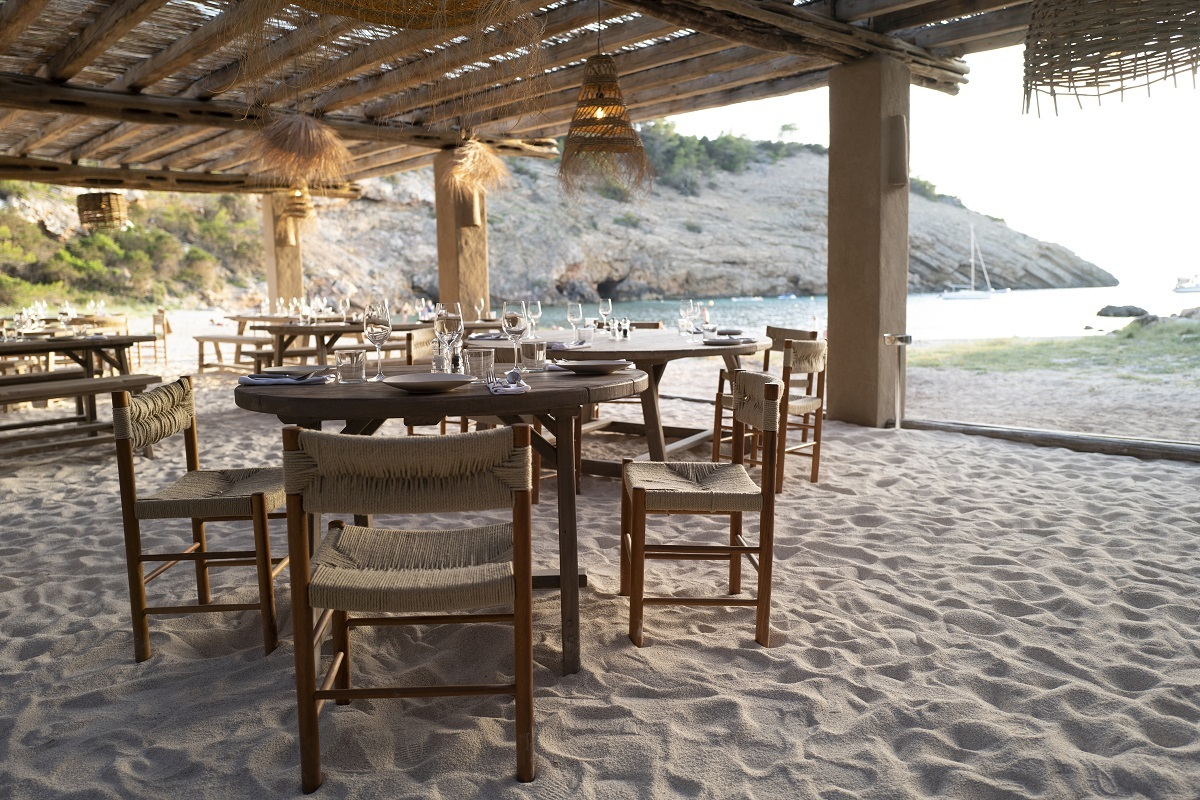 El Silencio, el nuevo beach club de Ibiza, se encuentra en la Cala Molí.