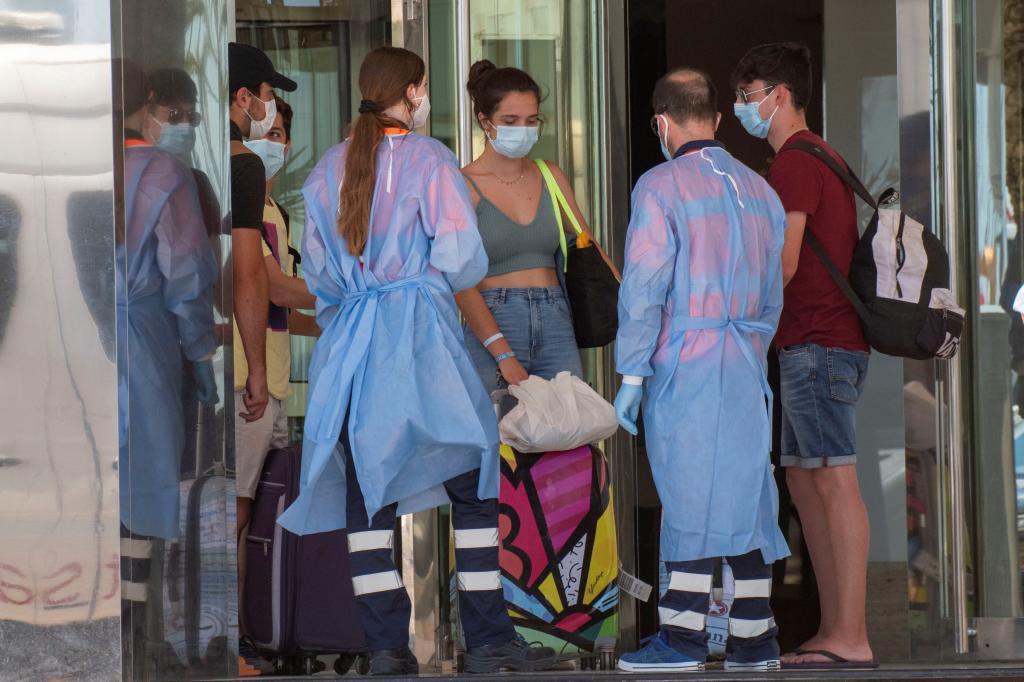 Llegada de estudiantes al Palma Bellver, el hotel Covid donde se alojaron algunos alumnos.