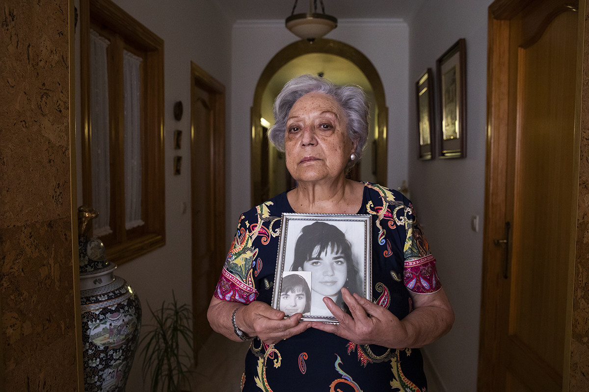 Antonia Armiñana con una imagen de su hija Ana Belén Jiménez, desaparecida en 1994.