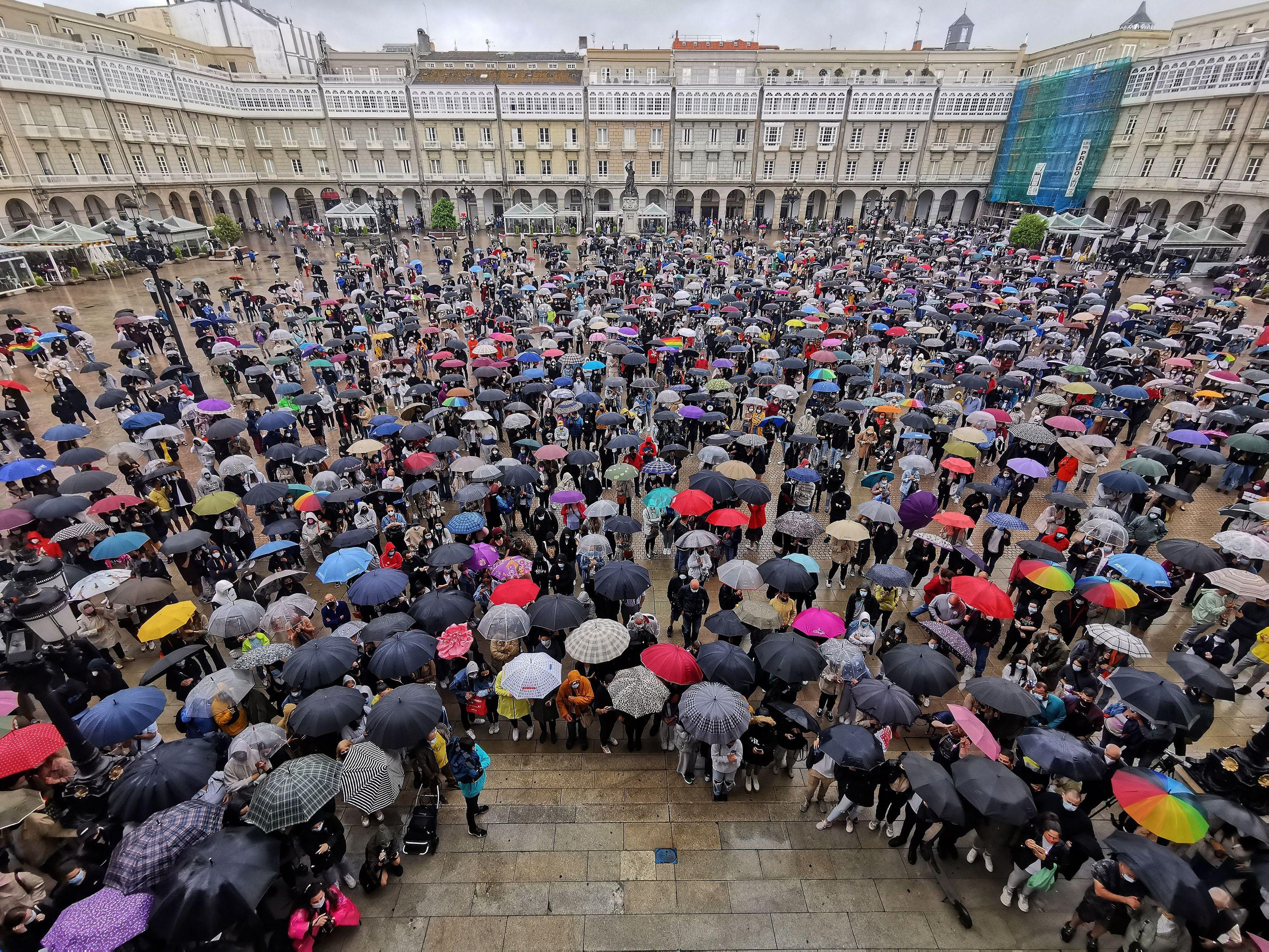 Asistentes a la concentración en la plaza de María Pita de La Coruña