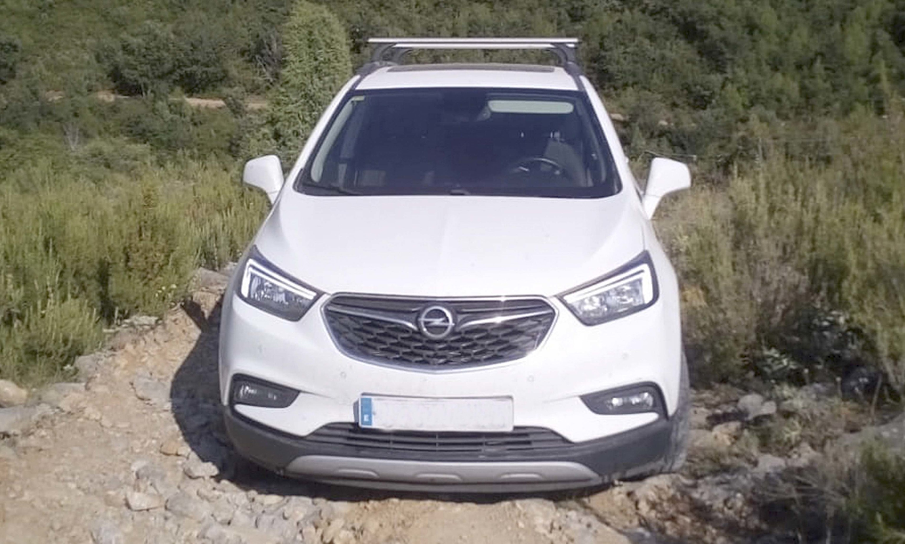 El vehículo particular del médico de Llucena se quedó atrapado en la pista de camino auna masía.