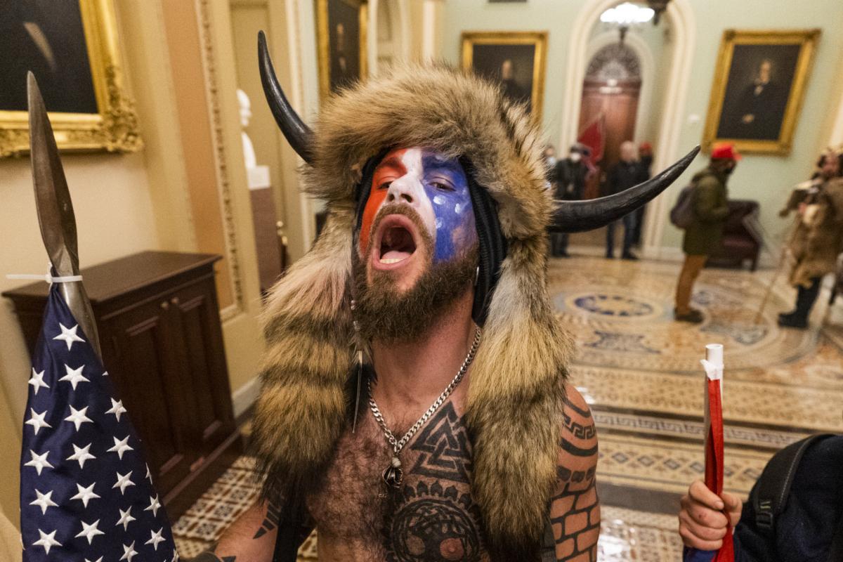 Jake Angeli en el Capitolio.