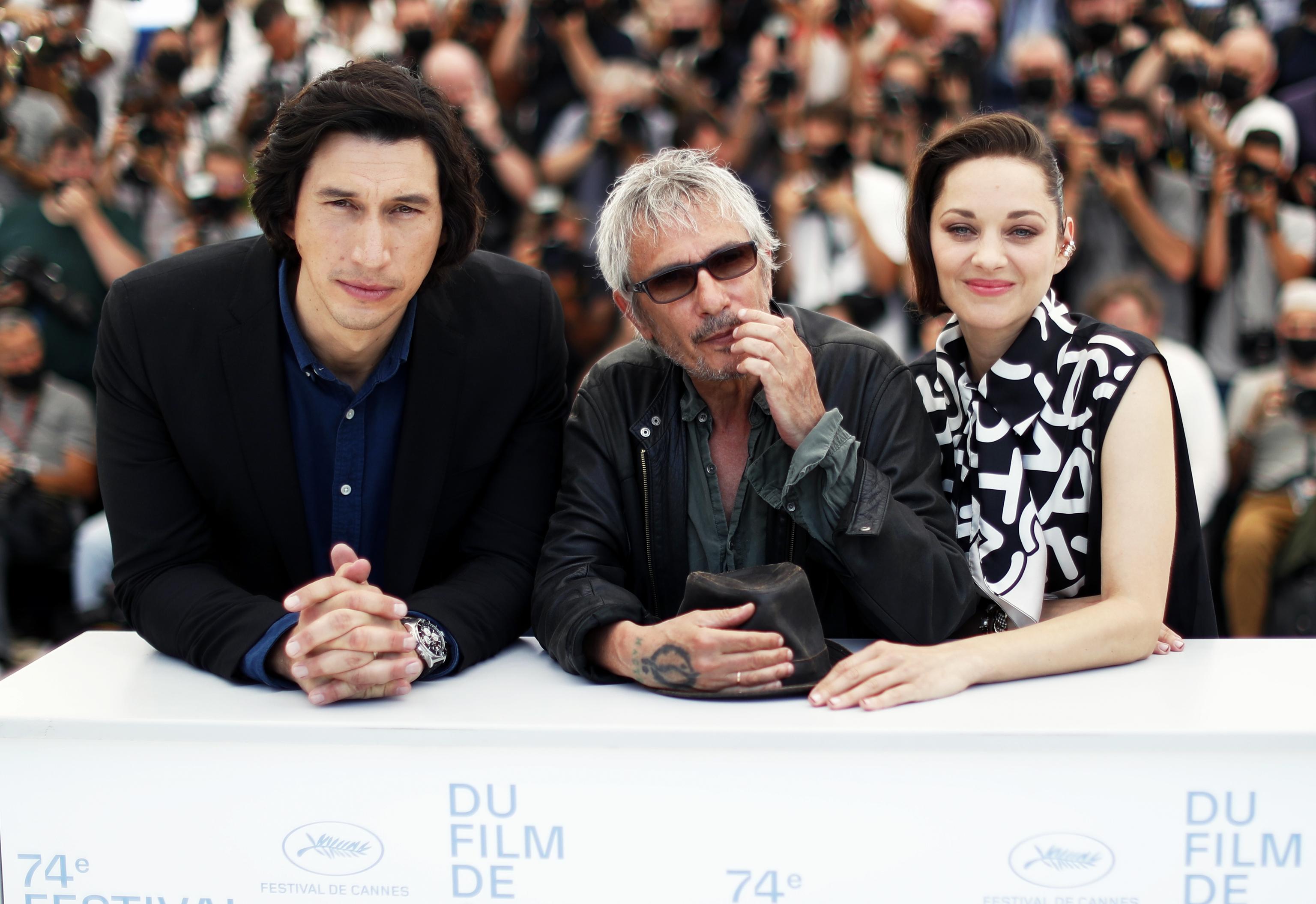 Adam Driver, Leos Carax y Marion Cotillard en la presentación de 'Annette', la película inaugural.