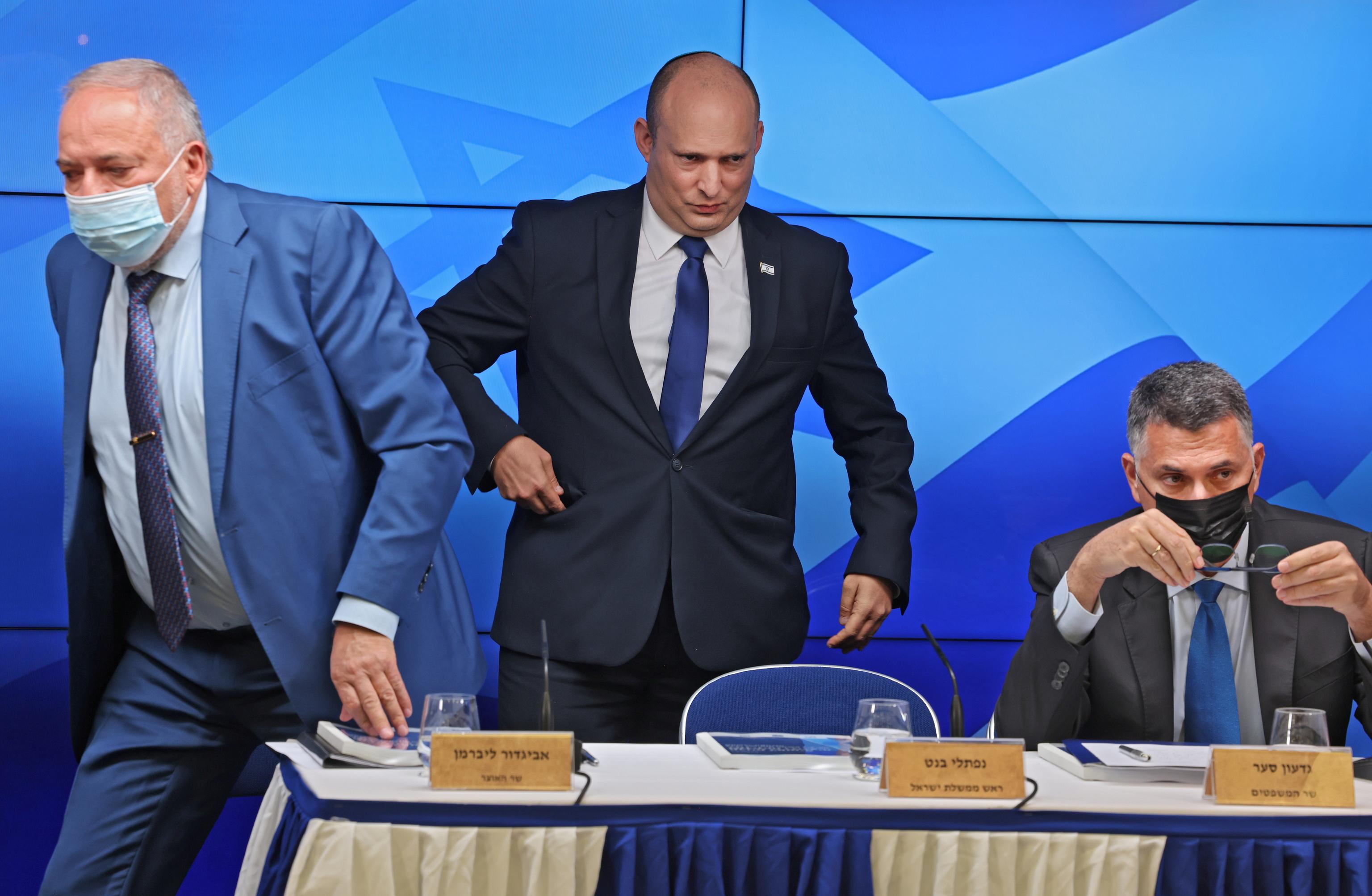 El primer ministro israelí, Naftali Bennett (centro), este martes.