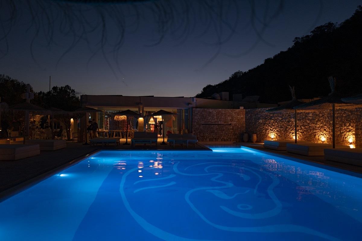El Silencio cuenta con una piscina rodeada de camas y una zona 'chill out'