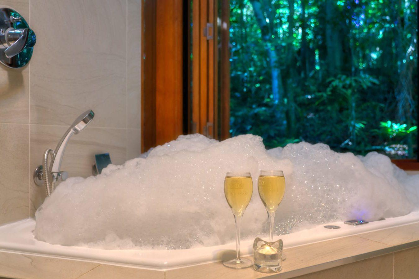 El hotel ofrece un baño de espuma con champán.
