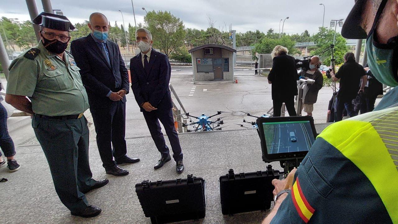El ministro del Interior, Fernando Grande-Marlaska, presencia una demostración del funcionamiento de los drones.