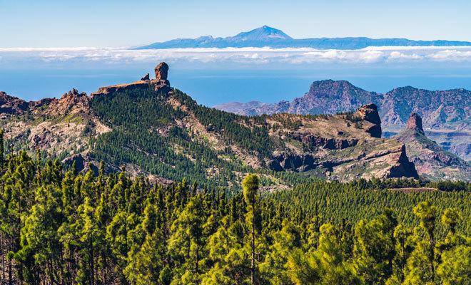 Vista de Roque Nublo con El Teide al fondo.