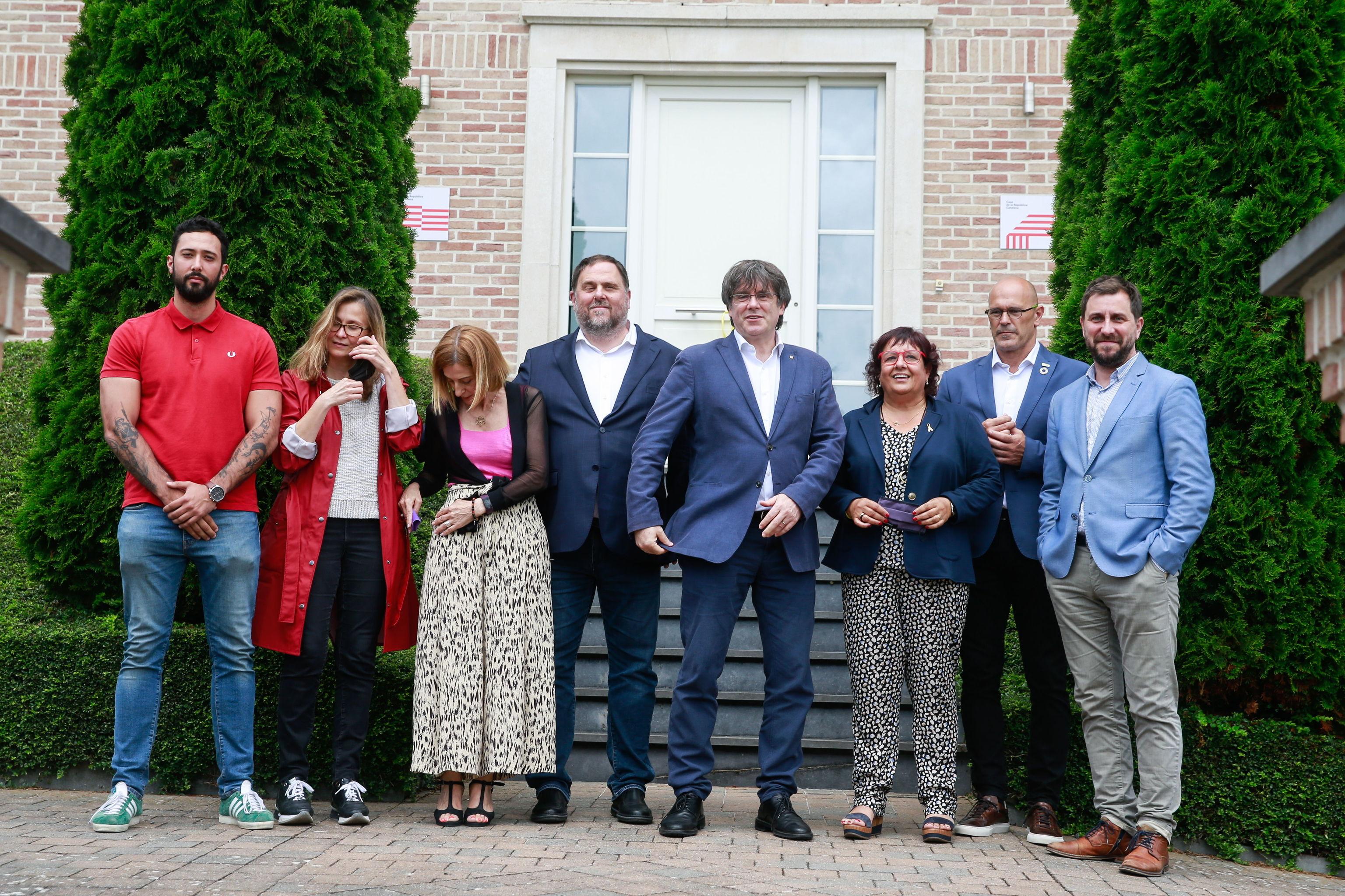 Junqueras y Puigdemont, con sus comitivas este miércoles en Bruselas.