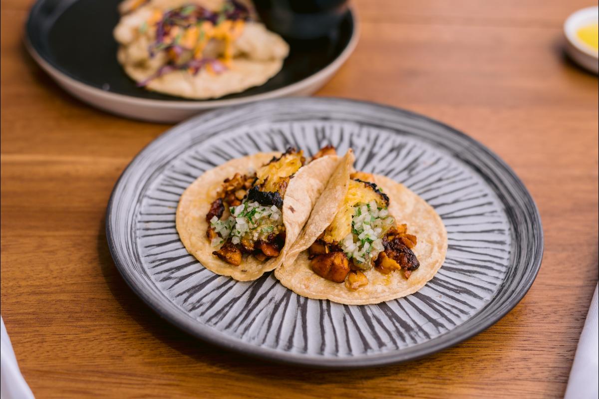 En el menú hay tacos de lubina y al pastor de pollo (hechos en trompo como en Ciudad de México).