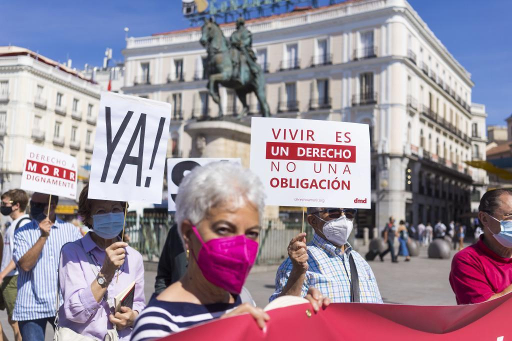 Concentracion en Madrid de la asociacion por el derecho a morir dignamente.