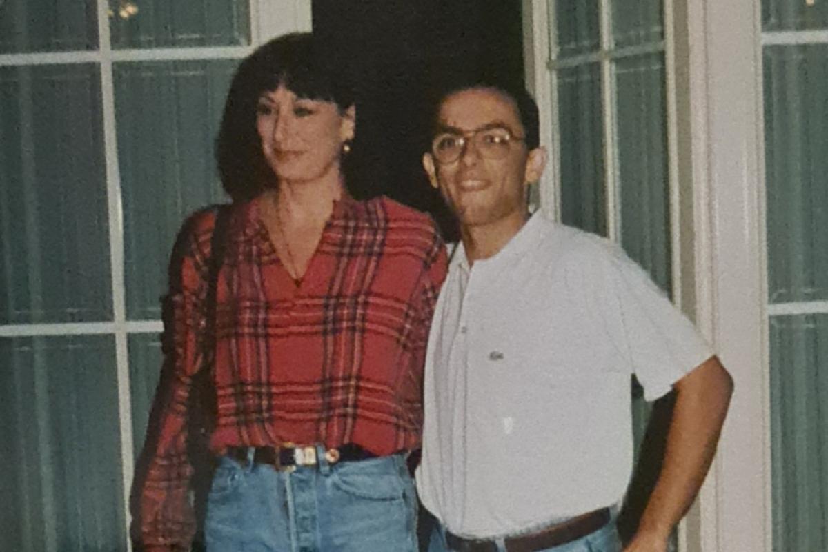 El autor del texto, con Huston, durante una visita de ésta a España en el 91.