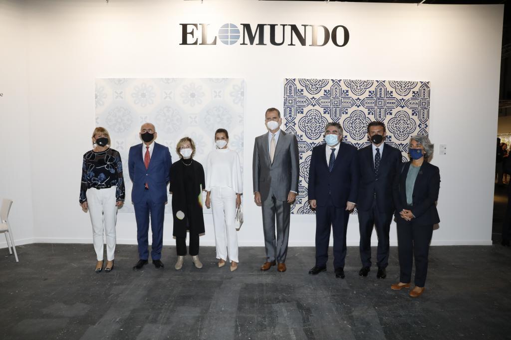 Los Reyes de España, en su visita al stand de EL MUNDO en ARCO