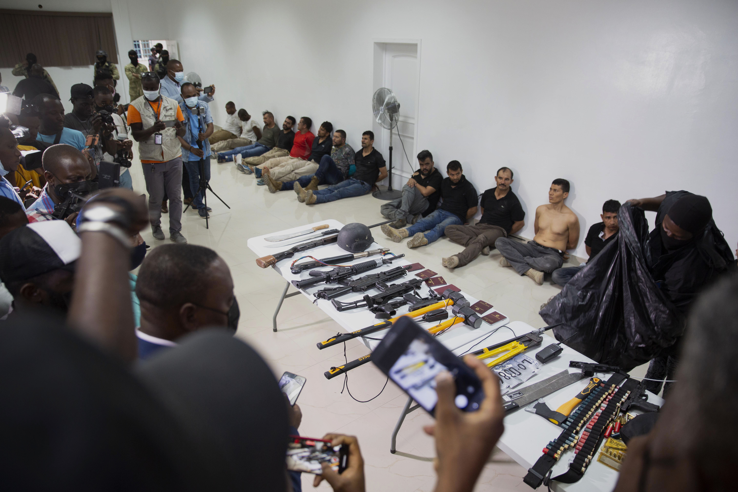 Todos los sospechosos y las armas incautadas al comando sospechoso de haber perpetrado el magnicidio de Haití.