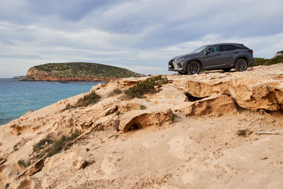 Un Lexus en un acantilado de Ibiza.