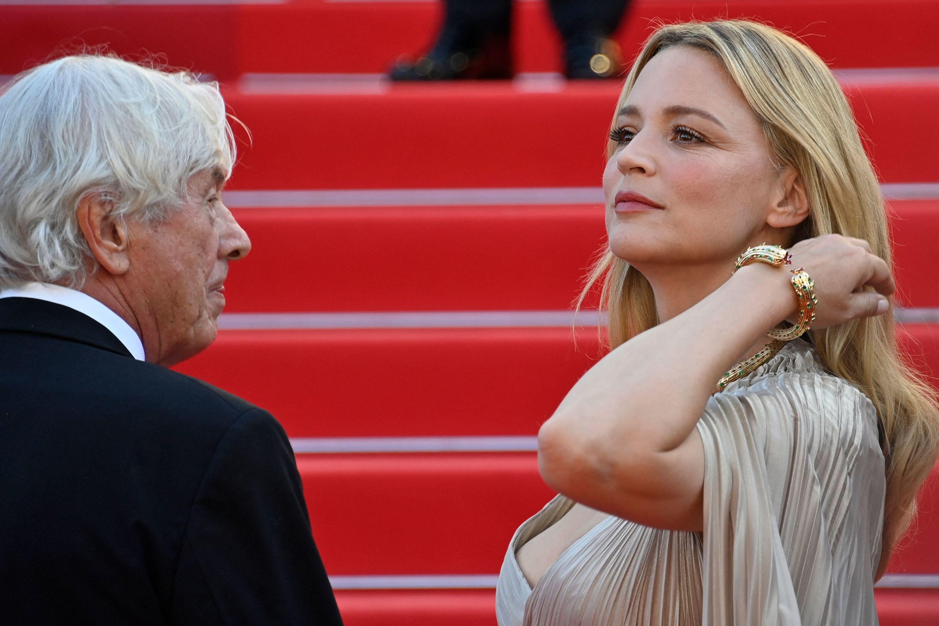 """Paul Verhoeven y la actriz Virginie Efira en la alfombra roja de """"Benedetta""""."""