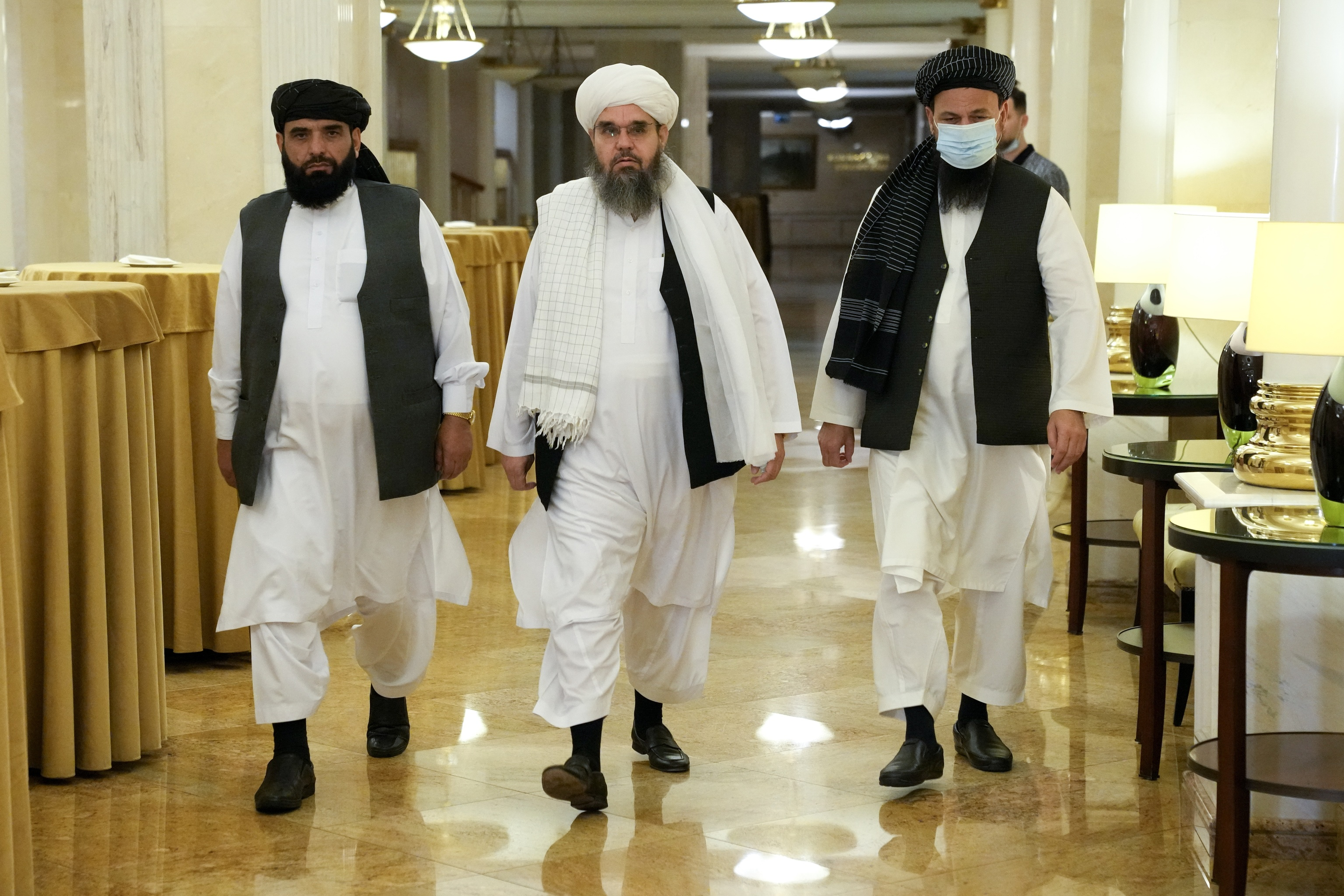 Miembros del movimiento afgano talibán, a su llegada a una rueda de prensa en Moscú.
