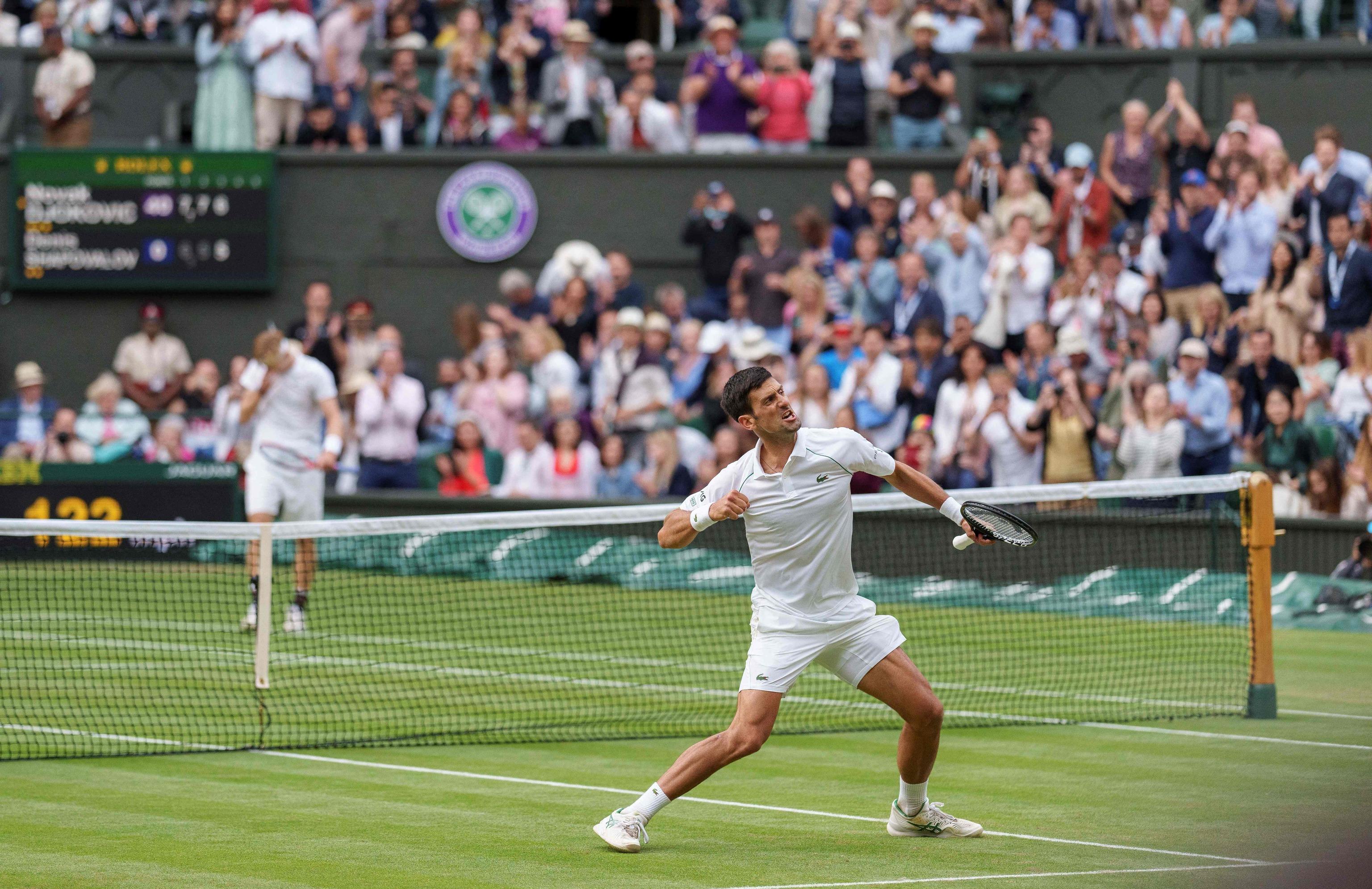 Djokovic festeja su triunfo ante un cabizbajo Shapovalov.