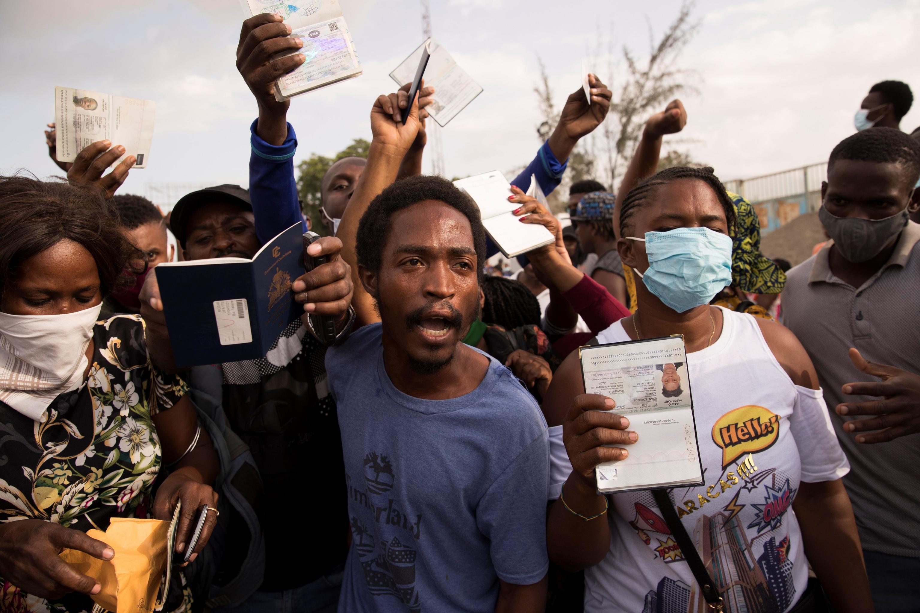 Haitianos frente a la sede de la embajada de EEUU con la esperanza de que les concedan un visa.